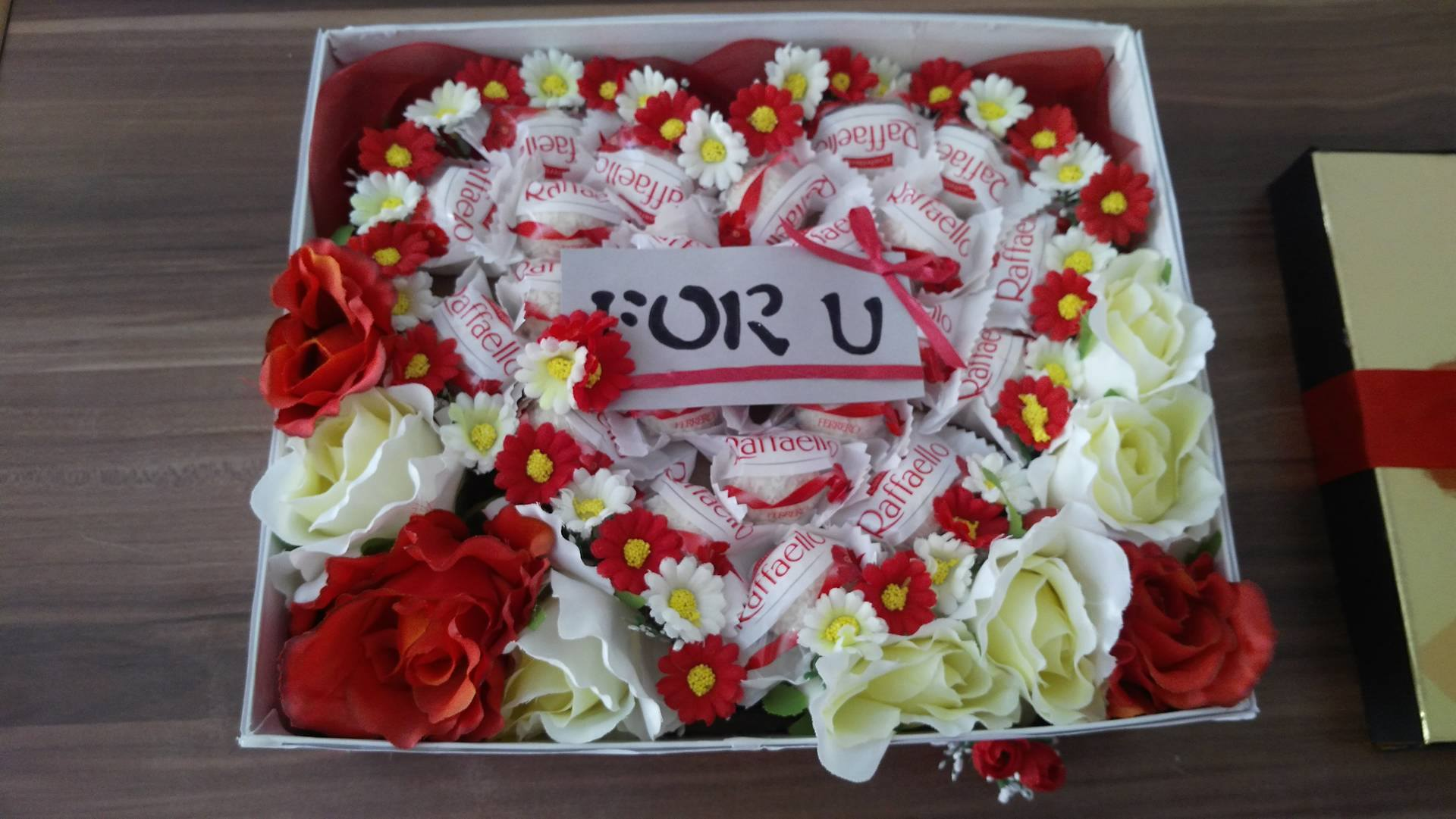 Darčekový box s kvetmi a sladkosťami